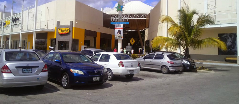 Las Plaza Outlet em Cancún - Estacionamento